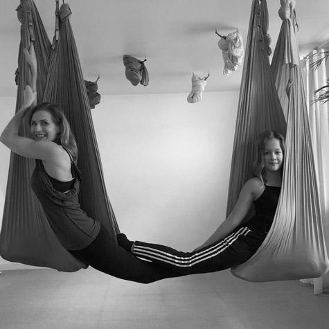 Barn forældre aerial yoga workshop
